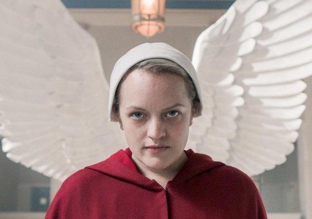 elisabeth moss com asas de anjo