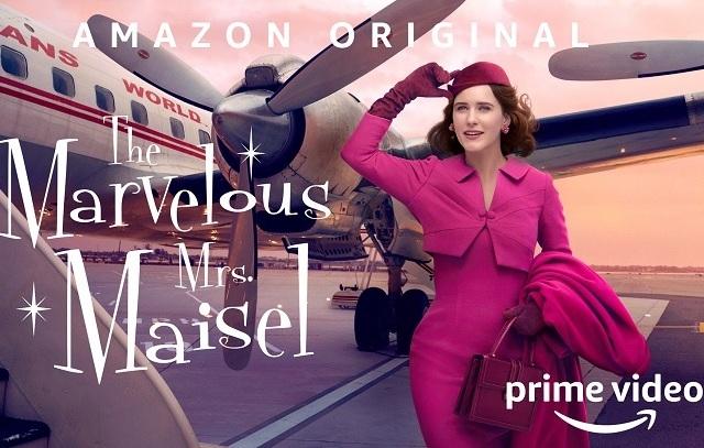 Rachel Brosnahan parada ao lado de um avião na imagem está escrito Marvelous Mrs. Maisel