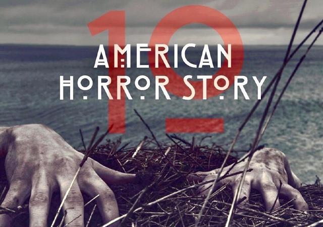 Oceano, mãos murchas e sujas. Texto escrito na imagem: Americam Horror Story 10.