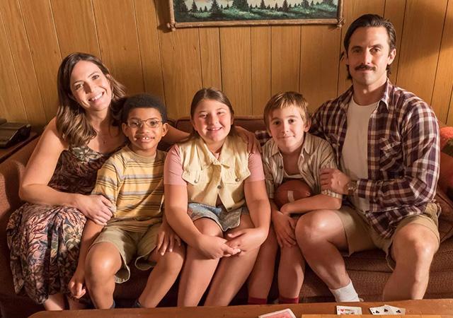 familia pearson reunida no sofá