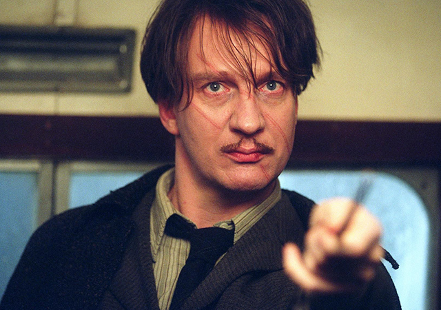 David Thewlis como professor Lupin apontando sua varinha em cena do filme Harry Potter