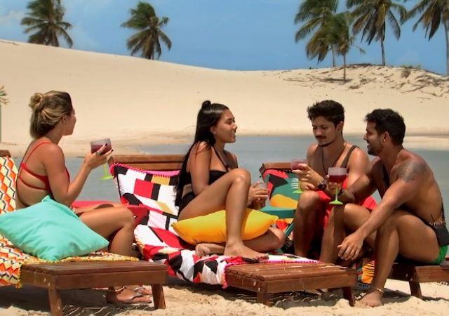 Camilla, Bárbara, Rafael e Jarlles na praia