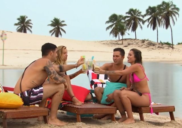 Caio, Mina, Novinho e Scarlat brindam na praia