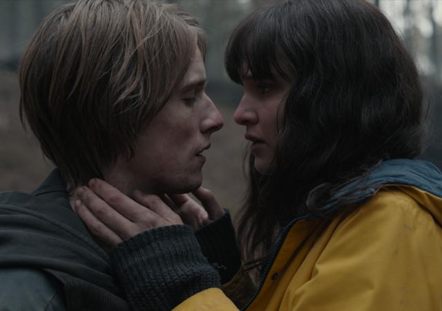 dark 3ª temporada imagem promocional, martha com o casaco amarelo de jonas