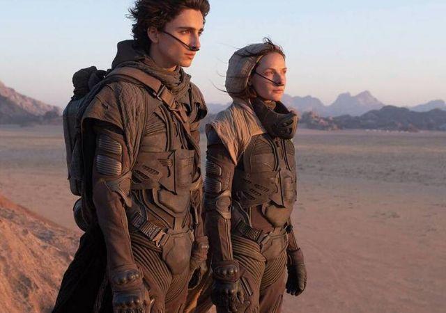 Personagens do filme Duna em um deserto