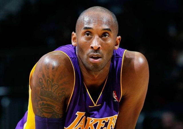 Kobe Bryant veste regata dos Lakers