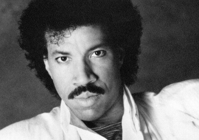 Foto antiga em preto e branco mostra Lionel Richie sério