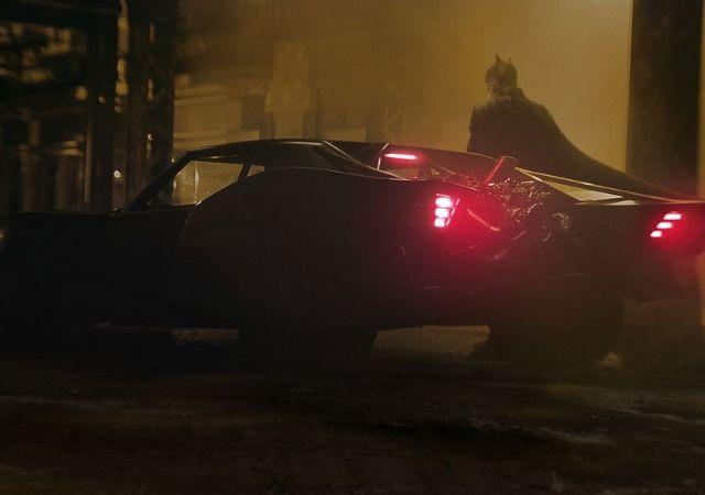 Carro do Batman com herói ao fundo