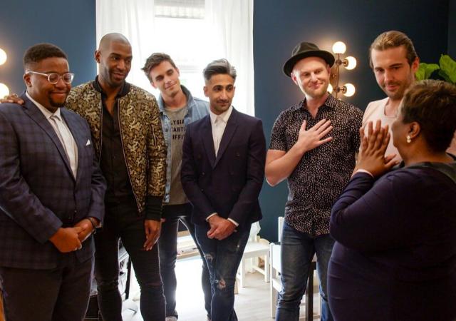 Imagem de Queer Eye, uma das integrantes da nossa lista de séries para se emocionar. Na imagem: Seis homens e uma mulher conversando. Estão emocionados.
