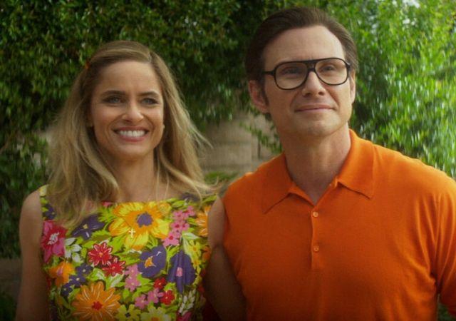 Casal da segunda temporada de Dirty John olha em direção ao horizonte sorrindo