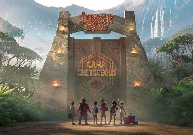 Crianças encaram o portão de entrada do Jurassic World