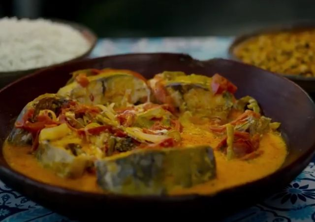 Trecho do trailer de Street Food America Latina onde mostra uma moqueca