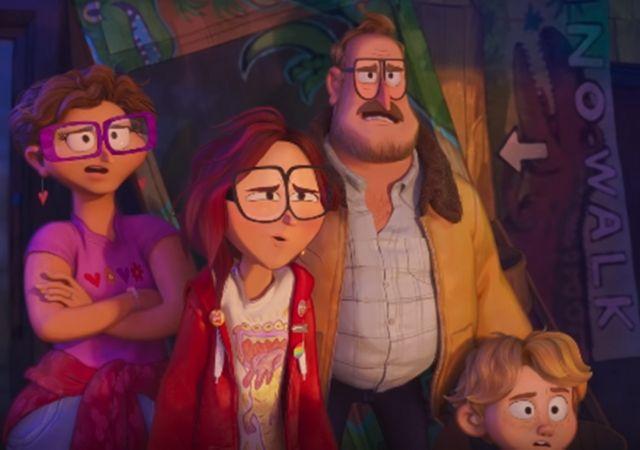Família de Super Conectados olha desconfiada em direção diagonal