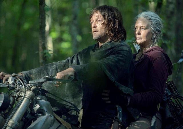 The Walkind Dead personagens Daryl e Carol andam de moto