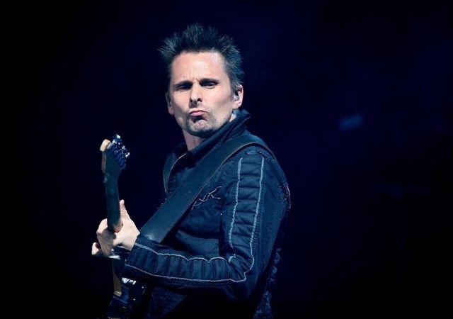 Integrante da banda Muse toca guitarra na turnê Simulation Theory