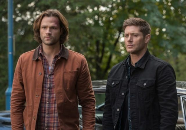 Irmãos da série Supernatural observam o horizonte sérios