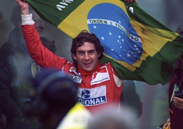Ayrton Senna com bandeira do brasil
