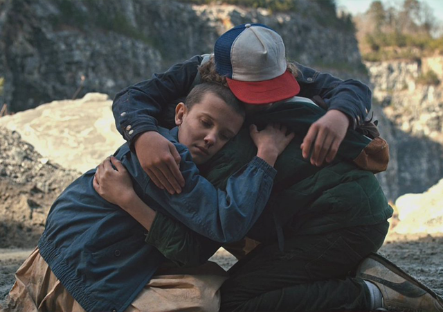 crianças de stranger things abraçadas, uma das séries escolhidas para mostrar conselhos de personagens