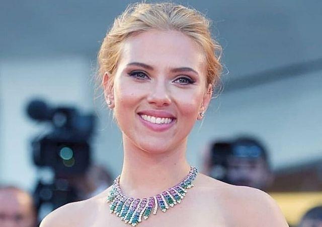 Scarlett Johansson, protagonista de Bride, sorrindo, com colar e cabelo preto e loiro