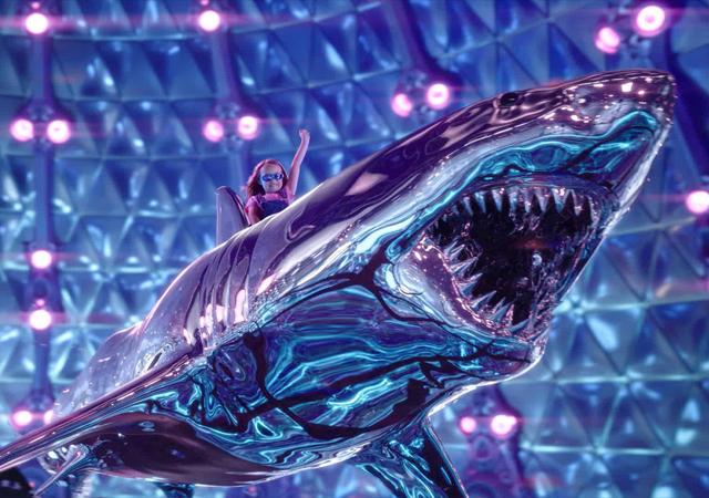 Filha de sharkboy e lavagirl no filme We Can Be Heroes. Na imagem, ela está em cima de um tubarão prateado.