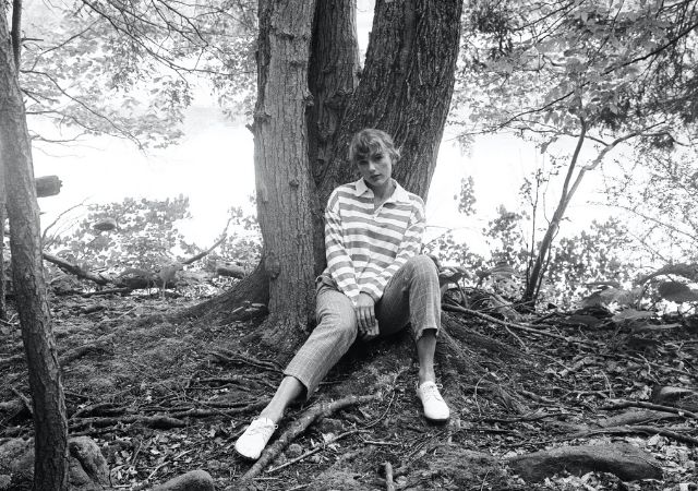 Imagem promocional do álbum folklore da cantora Taylor Swift